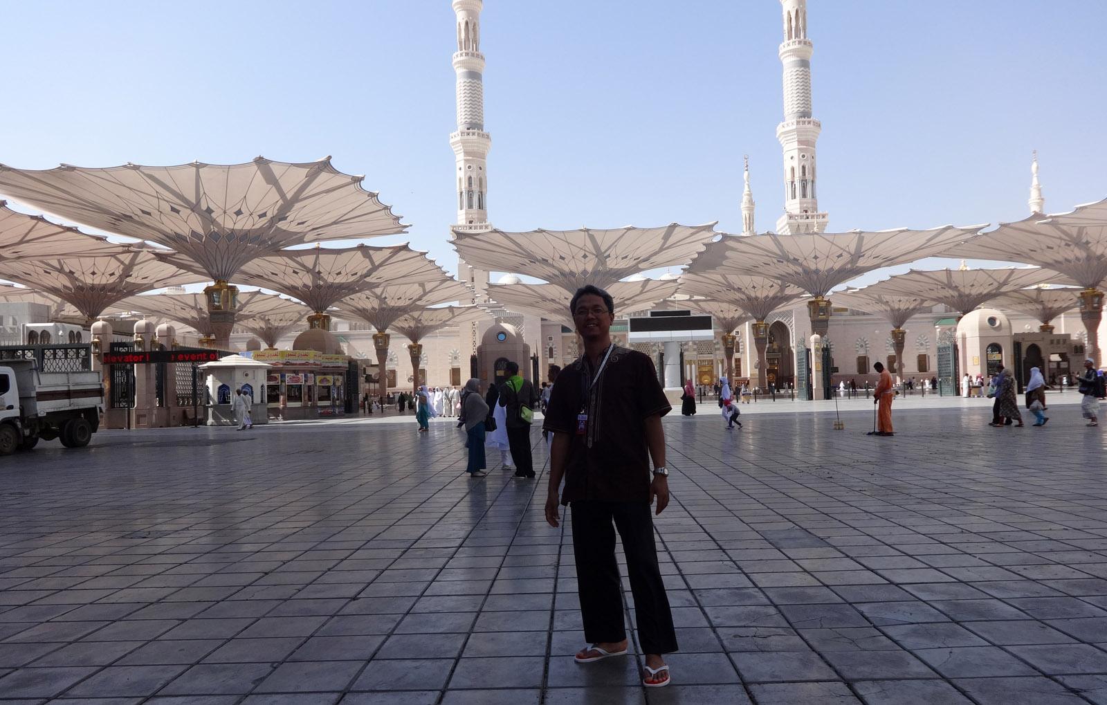 Saat berkeliling sendiri di depan pintu pagar Masjid Nabawi. Foto: dok. pribadi