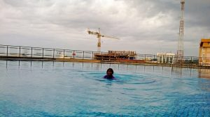 Berenang di atas atap, rooftop Novotel Hotel. Asyiiik... Foto: dok. pribadi