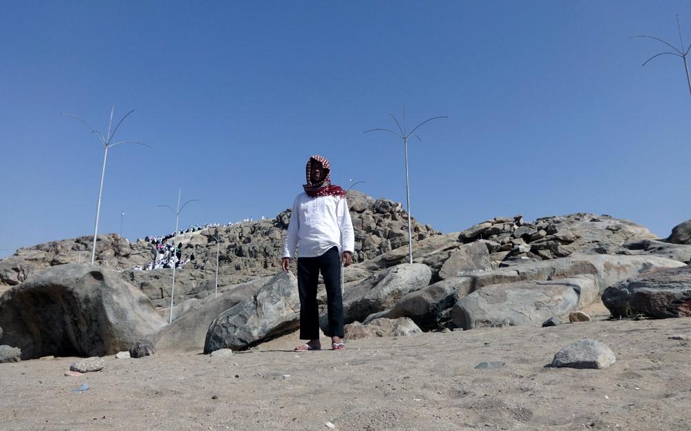 Di latar belakang Jabal Rahmah, gunung yang diyakini sebagai tempat bertemunya kembali Nabi Adam dan Ibu Hawa. Fofo: dok pribadi