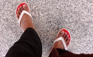 Ketika berjalan kaki mengelilingi Masjid Nabawi mengenakan sandal japit untuk melindungi telapak kaki dari panas maupun dingin. Foto: dok. pribadi