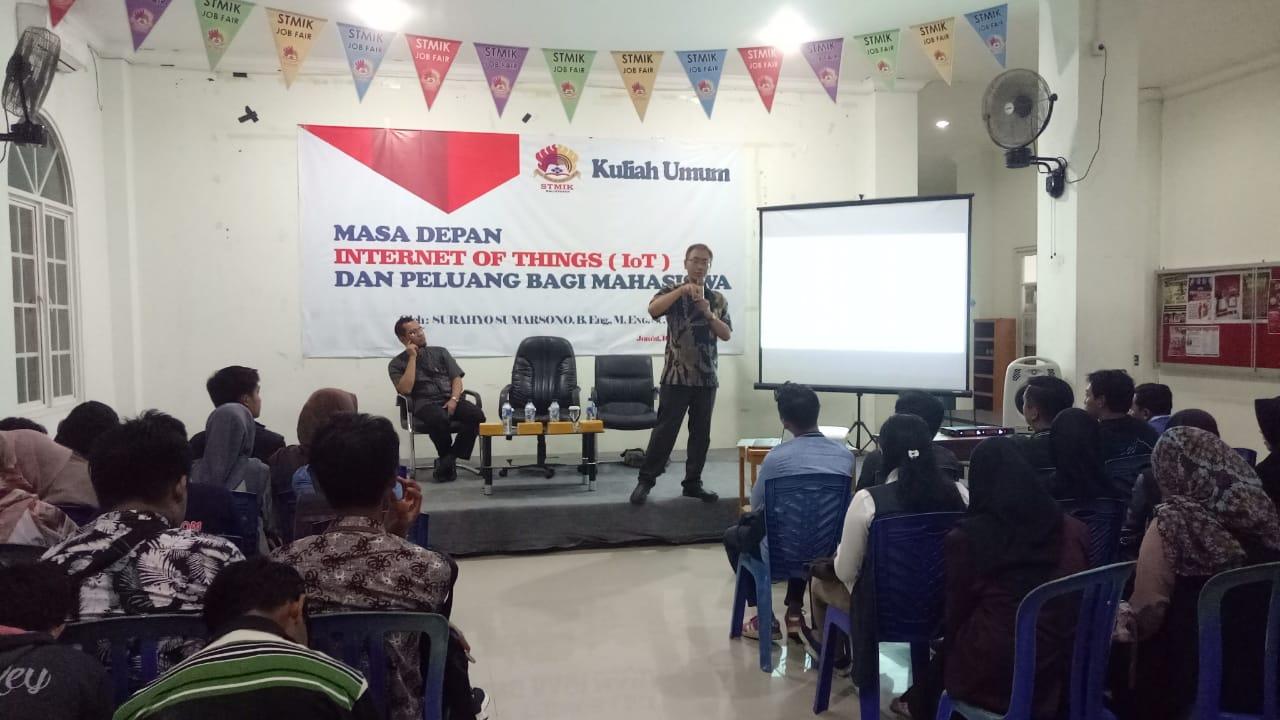 Pak Surahyo saat memberikan kuliah pengantar IoT di STMIK Balikpapan, Jumat (16/11). Foto: pak Mundzir