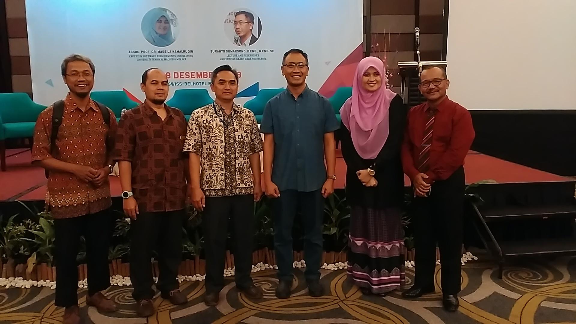 Bersama dua pemakalah dari LIPI, Pak Surahyo Sumarsono, Ibu Masilla Kamaludin, dan Pak Suprijadi usia acara. Foto: dok. pribadi