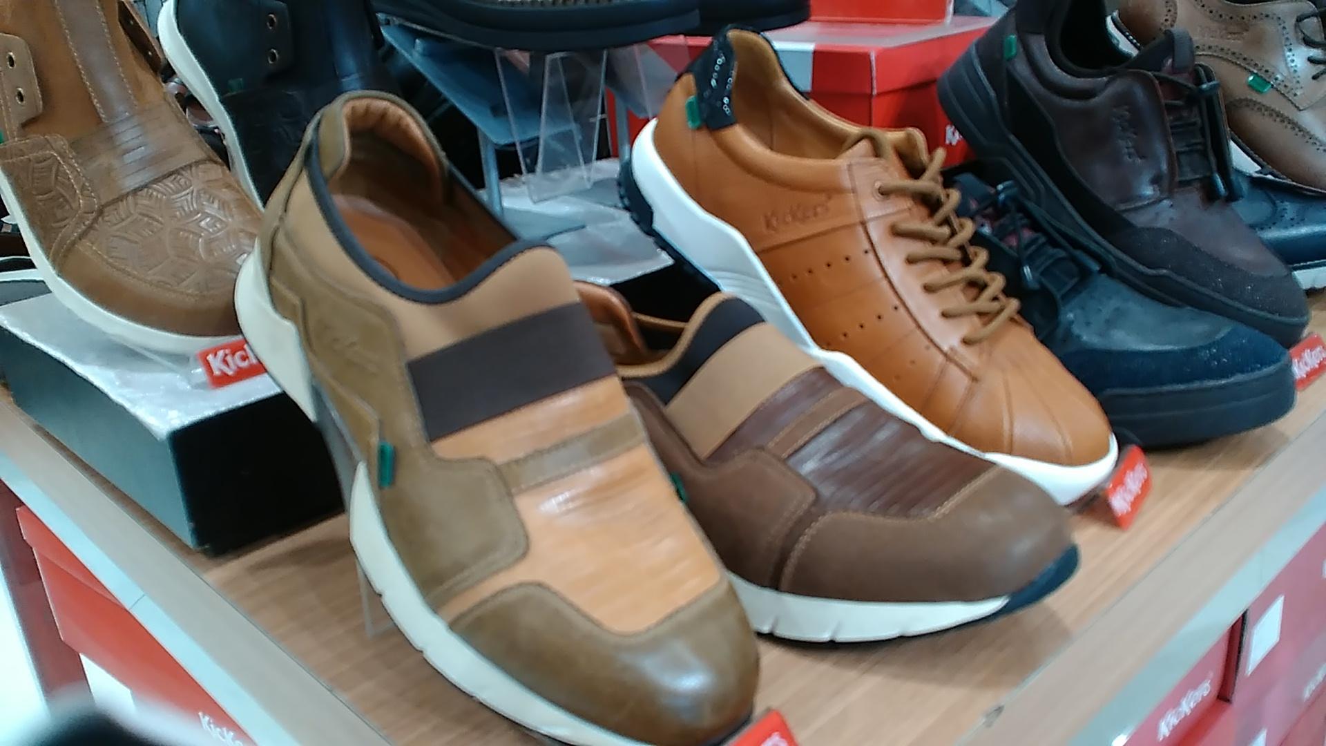 Sepatu asli di sebuah toko besar di Balikpapan yang memberi diskon 30 persen. Foto: dok. pribadi