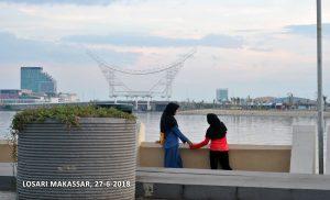 Mereka berdua dipotret sembunyi (hidden shoot) ketika senja di Pantai Losari Makassar, 27/6/2018. Foto: dok. pribadi