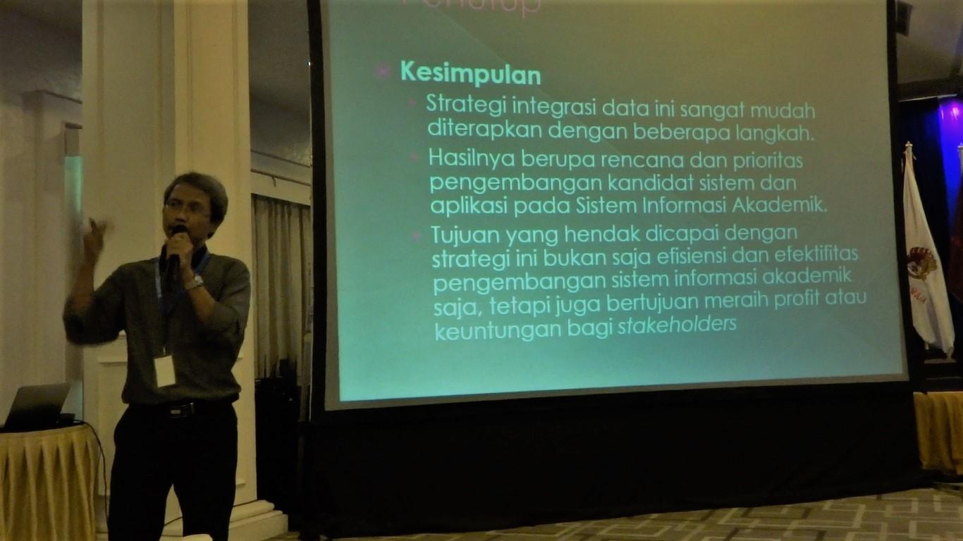 Presentasi makalah Seminastika 2019 Universitas Mulia di Hotel Grand Jatra Balikpapan, Rabu (16/10). Foto: dok. pribadi