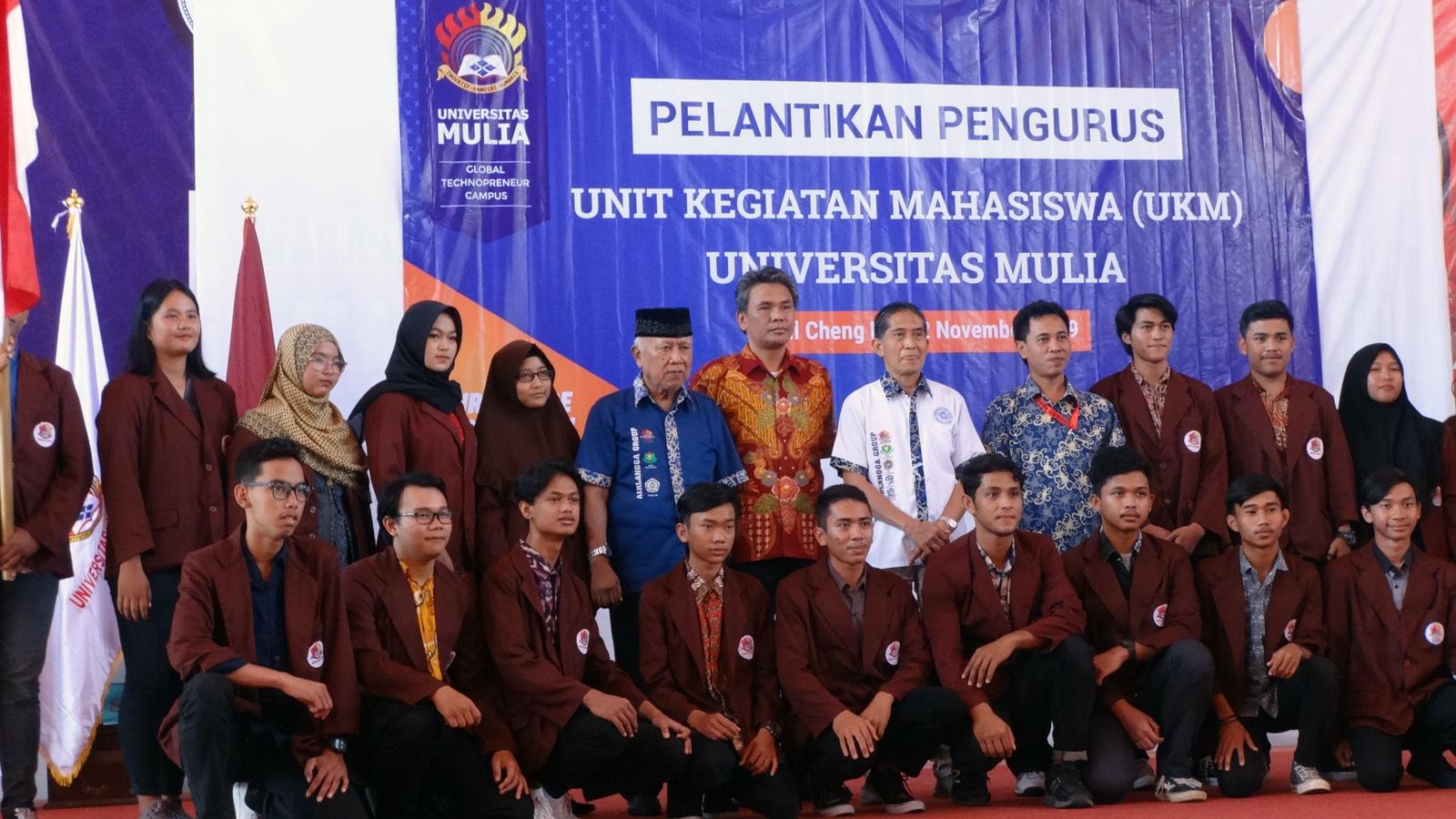 Foto bersama Rektor dan Wakil Rektor serta 18 orang Ketua UKM yang baru dilantik. Foto: dok. pribadi