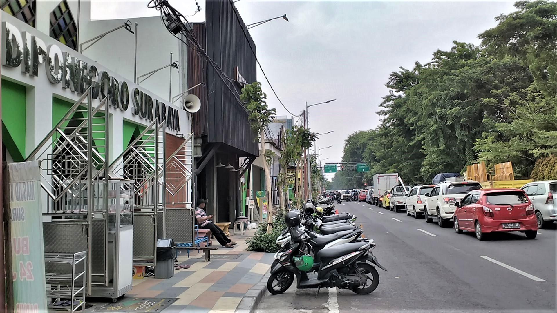 Parkir motor di pinggir Jalan Diponegoro. Foto: dok. pribadi